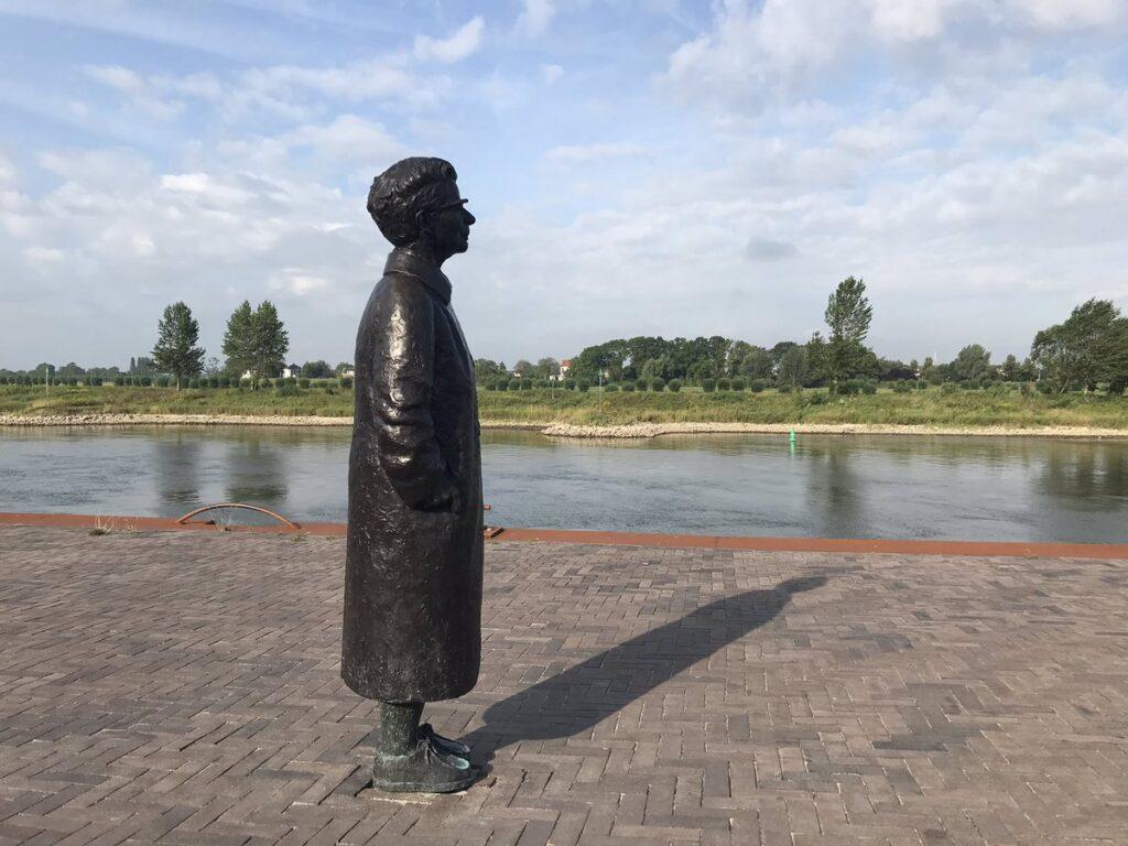 Ida Gerhardt op kade langs de IJssel in Zutphen